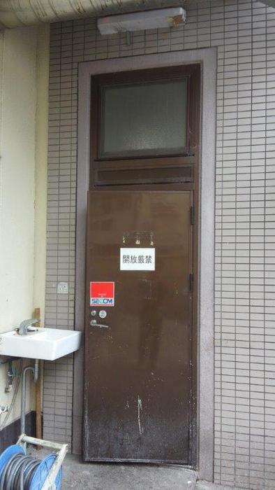 某食品工場勝手口ドア取替